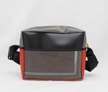 Umhängetasche im DinA4 Format aus recycelten Materialien mit Reißverschluss