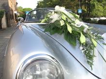 Blumendeko für Auto in weiss