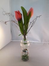 Kleine Glas-Flaschenvase mit Metall-Herz und Kunst-Tulpen-Deko