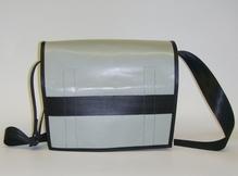 Umhängetasche im DinA4 Format aus recycelten Materialien mit Klettverschluss